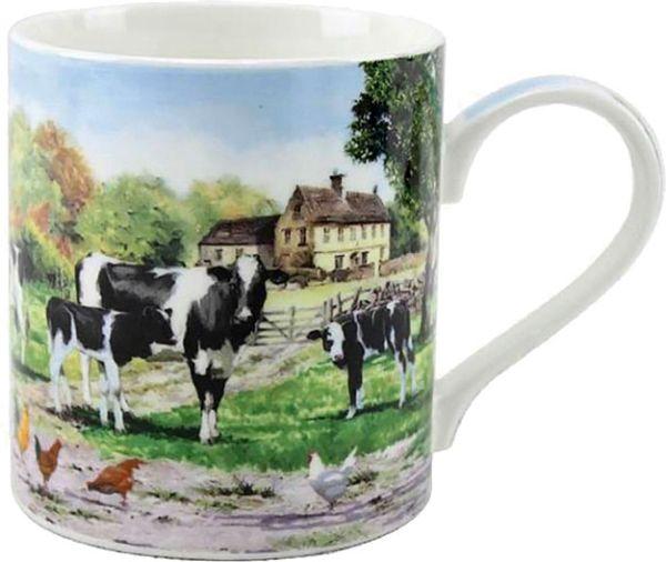 Becher Kühe vor einer Farm